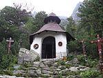 Symbolický_cintorín_pri_Popradskom_plese, zdroj wikipédia